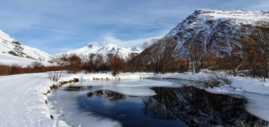 petit lac pris par le gel